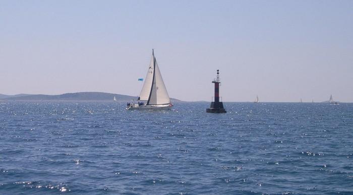 В жизни всегда есть место подвигу. Крутой бейдвинд. Знак— под ветром. Между лодкой и знаком— метров 30…