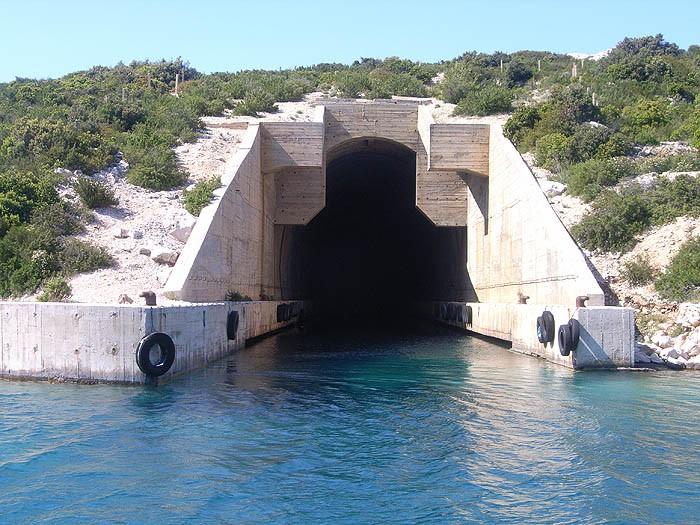 В таких укрытиях прятались подводные лодки СФРЮ. Говорят, Тито боялся Советов. Как показала история, боялся он не тех…