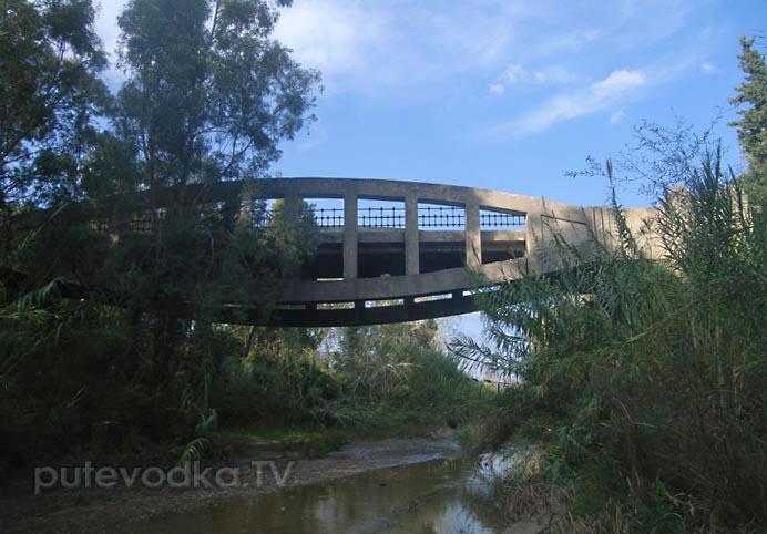 И мы, и австралийцы легко пройдём по этому мосту. И вниз ногами, и вверх.