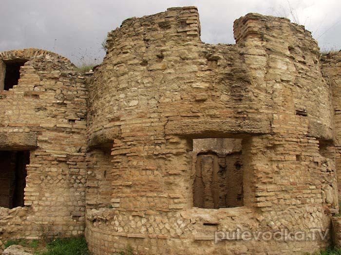 Это— не бойницы. Здесь— не воевали. Это— античные бани.