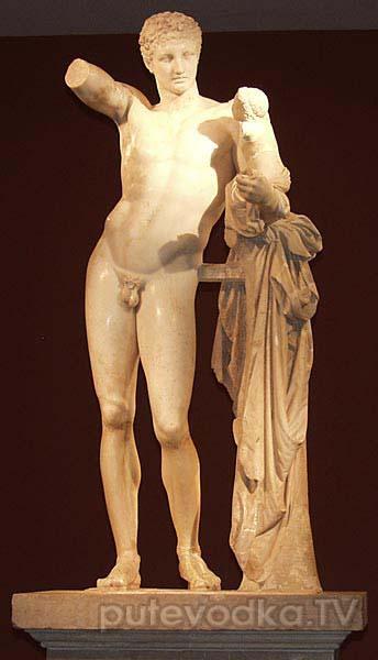 Статуя Гермеса с младенцем Дионисом на руках.