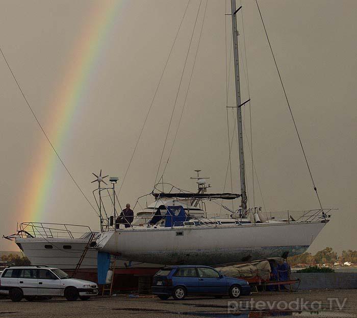 А вернувшись домой, мы застали над лодкой зимнюю радугу!