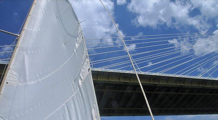 Мост— под парусом
