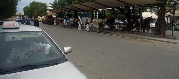 На одной стороне— таксисты. На другой— повозки :)