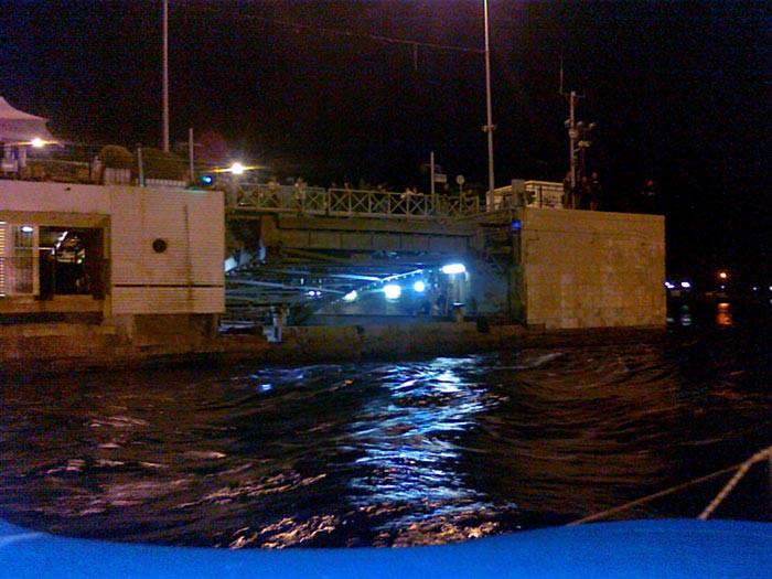 Ход «Мелоди» сравнялся с силой встречного течения. Лодка встала.