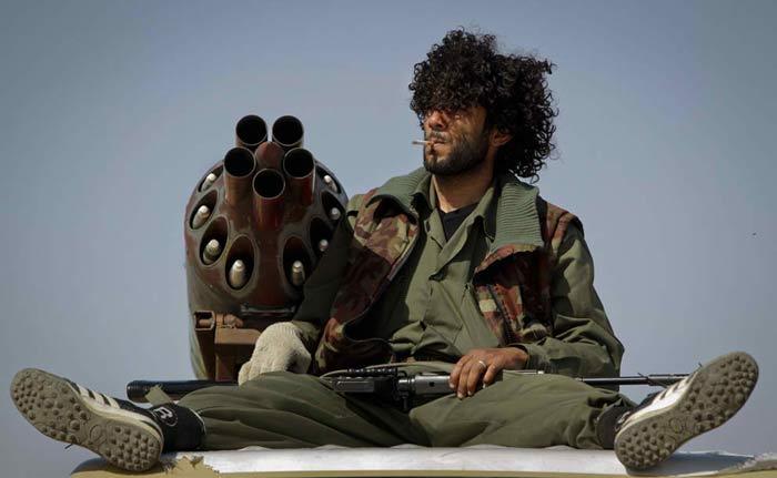 Перекур боевика перед нападением на Адждабию. (AP Photo/Ben Curtis)