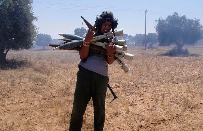 Юный игрун в Зарницу с реактивными гранатами на окраине города Злитан к западу от Мисраты. Парнишку либо пристрелят, либо его дети будут обречены на существование в тупости и нищете (Reuters/Abdelkader Belhessin)