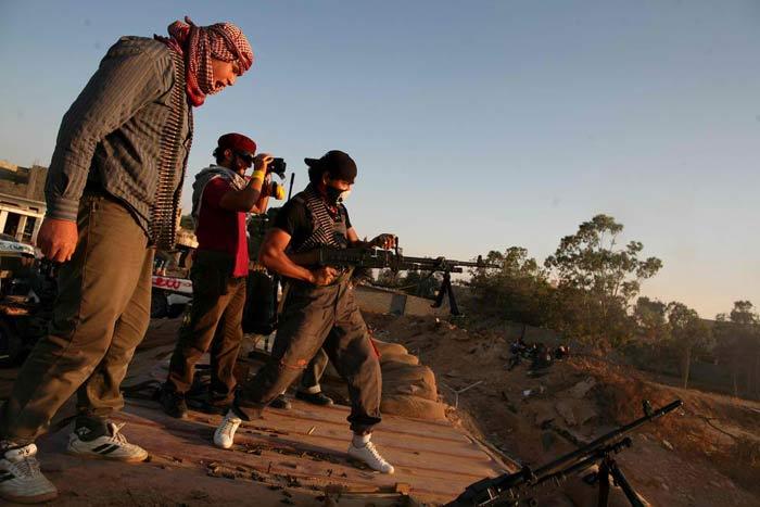 Минута славы: вооруженные до зубов дауны позируют иностранному корреспонденту недалеко от несчастной Мисураты, Ливия, 28 мая 2011 года. (AP / Wissam Saleh)