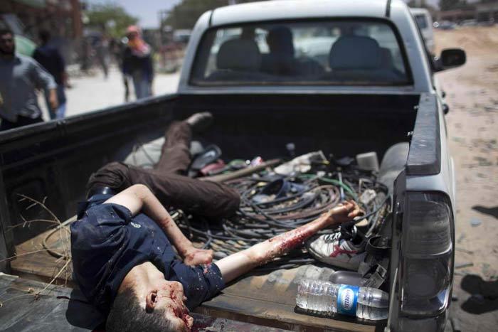 Этот доигрался. Жаль. Молодой. Мог бы учиться, работать, строить дом, любить семью— для всего этого в Ливии были отличные возможности. Но… Умишка не хватило понять: где истина, а где ложь… 25 км к западу от Мисураты, Ливия, 26 мая 2011 года. (AP / Rodrigo Abd)