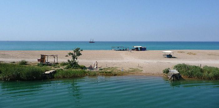 Здесь река Манавгат впадает в Средиземку