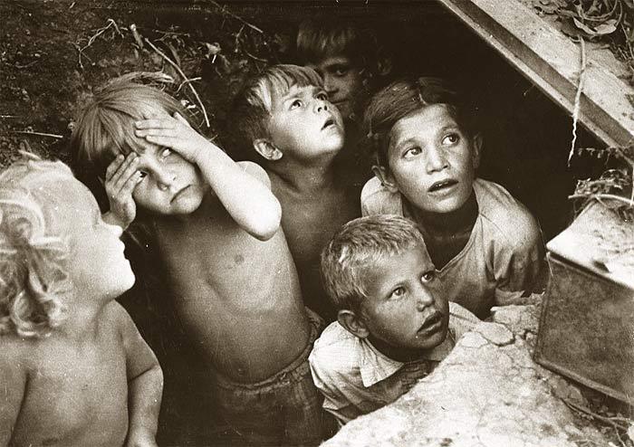 Наши дети под их бомбами. Сталинград. 1942 год. Фотограф Л.И.Конов.