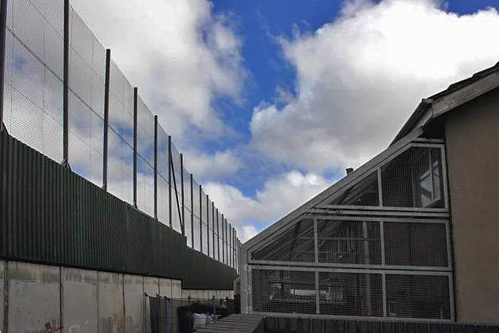 Ирландия. Берлинская стена (разрушенная уже 20 лет как) — предмет пустой болтовни западных бабловарваров на тему «демократии» и «свободы». Стена на фото (реально сущетвующая) разделяет католическую и протестантскую части Белфаста уже давно, однако является чисто демократическим явлением.