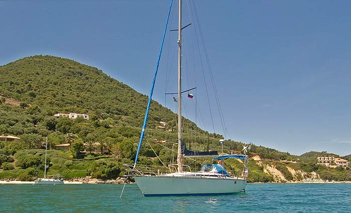 Греция. Ионическое море. Яхта ПЕПЕЛАЦ на якоре близ деревушки Кери (остров Закинтос).