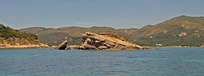 Греция. Ионическое море. Остров Закинтос (Zakynthos). Островок Черепаший. Пещеры, скалы, рифы.