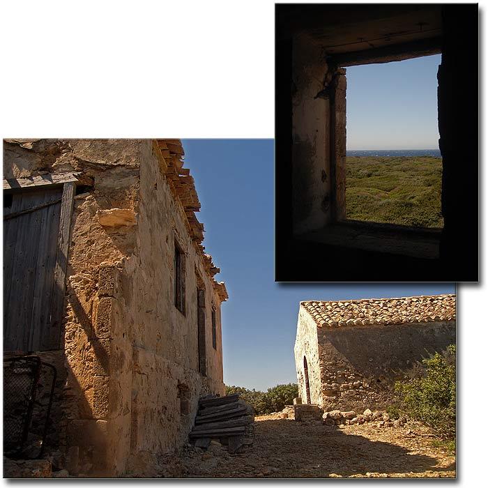 Строфады. Северный остров Гарпия. Древние хижина и часовенка.
