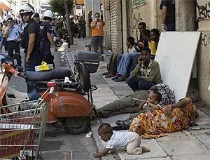 Опустившиеся иммигранты на улицах Греции
