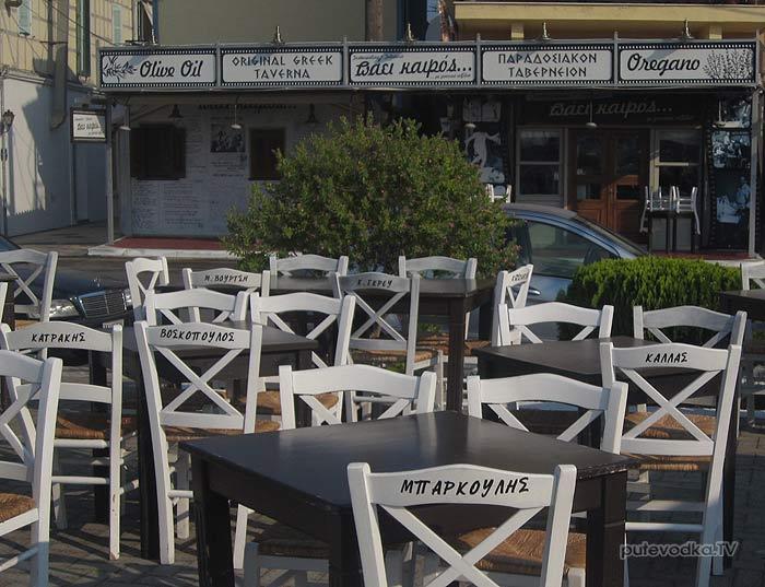 Греция. Ионическое море. Остров Лефкас (Lefkas). Райцентр Лефкас. Именные стулья в ресторане.