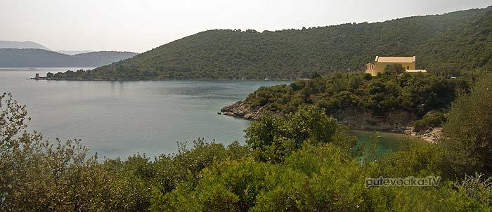 Греция. Ионическое море. Остров Каламос (Kalamos). Порт Леон (Port Leone). Монастырь.