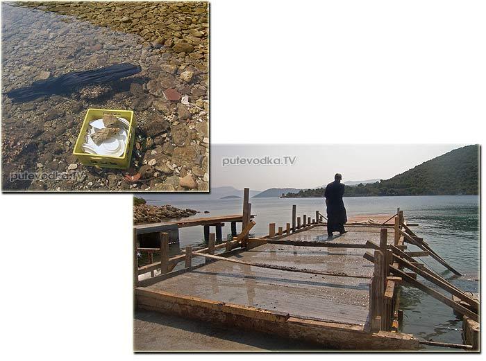 Греция. Ионическое море. Остров Каламос (Kalamos). Разрушенный землетрясением 1953 года посёлок Порт Леон (Port Leone) в одноименной бухте. Монах местного монастыря бетонирует пирс и моет посуду.