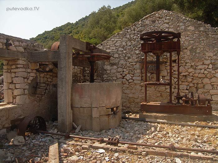 Греция. Ионическое море. Остров Каламос (Kalamos). Разрушенный землетрясением 1953 года посёлок Порт Леон (Port Leone) в одноименной бухте.