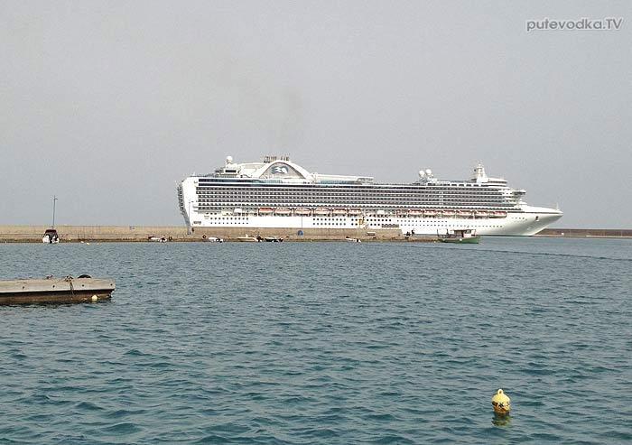 Круизный лайнер в Катаколо