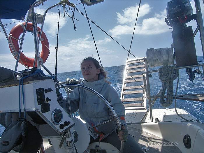Греция. Яхта ПЕПЕЛАЦ. Маша ПУТЕВОДКА на подходе к мосту через Патраикос.