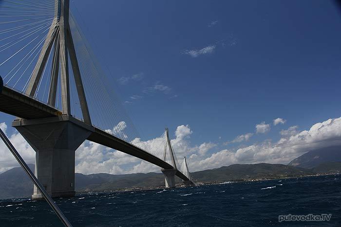 Греция. Яхта ПЕПЕЛАЦ. Маша ПУТЕВОДКА проходит мост через Патраикос.