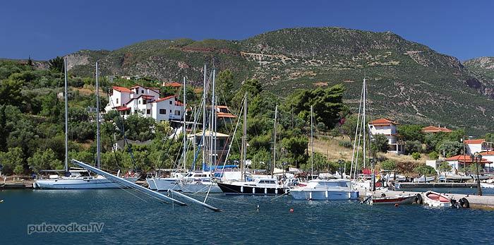 Греция. Залив Коринфиакос. Марина Тризония. Затонувший у пирса кетч.