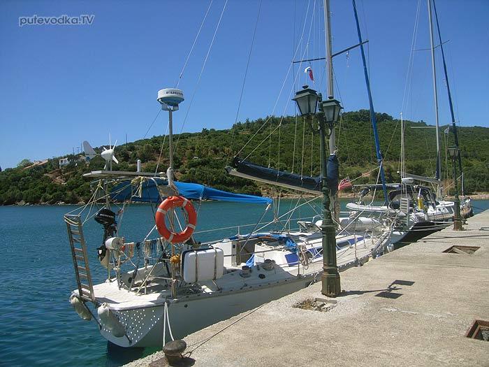 Греция. Залив Коринфиакос. Марина Тризония. Яхта ПЕПЕЛАЦ у пирса.