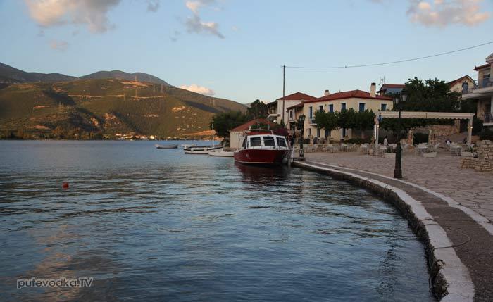 Греция. Залив Коринфиакос. Остров Тризония. Деревенская гавань.