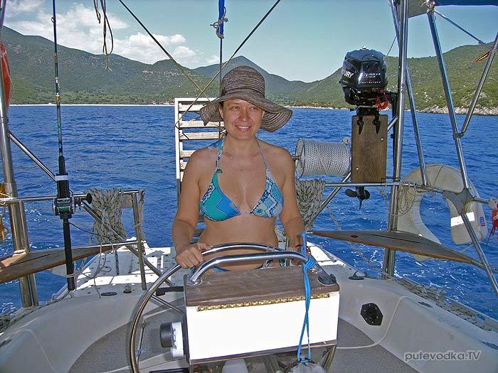 Греция. Яхта Пепелац. Залив Фокианос— Леонидио. У штурвала Александра Кваснюк.