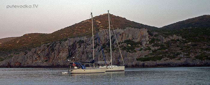 Греция. Пелопоннес. Яхта ПЕПЕЛАЦ. Якорная стоянка в бухте Иерака.