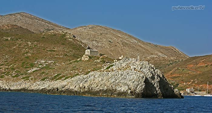 Пелопоннес. Порто Кайо. Заход в бухту. Южный мыс бухты Кайо (Кагио) с хорошо различимой часовней Николая Чудотворца, похожий на лежащего дракона.
