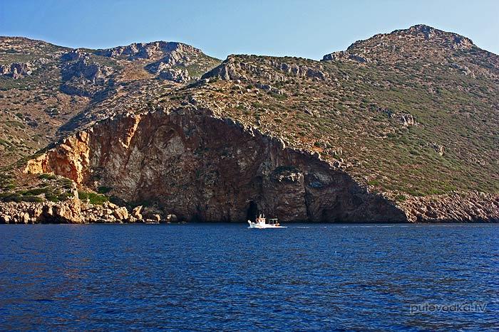 Пелопоннес. Порто Кайо (Кагио). Заход в бухту. Северный берег бухты Кайо (Кагио) начинается бросающимся в глаза огромным треугольным сколом горы.