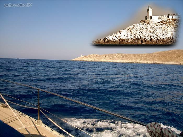 Греция. Пелопоннес. Яхта Пепелац огибает мыс Тенарон.