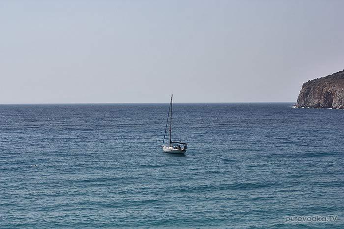 Греция. Пелопоннес. Мани. Пирго Дирос (Диру). Яхта Пепелац на якоре