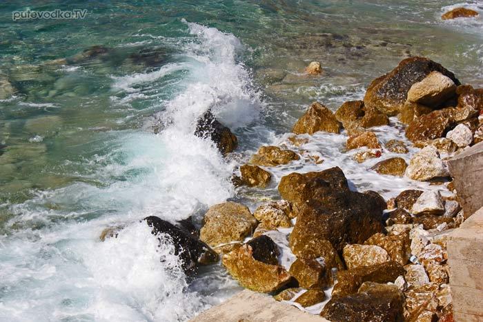 Пелопоннес. Пирго Дирос (Диру). Метровый накат в заливе.
