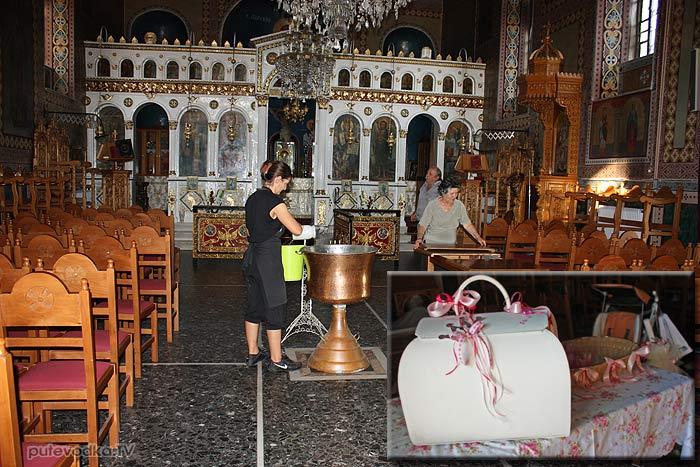 Греция. Пелопоннес. Петалиди (Петалидион). Местная церквушка. Как раз закончились крестины.