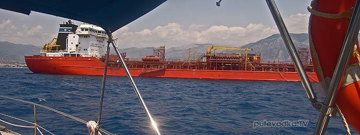Каламата. Яхта Пепелац. Поворот оверштаг ввиду стоящего на рейде судна.