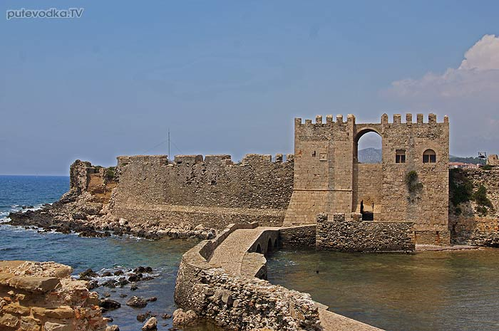 Греция. Пелопоннес. Замок-крепость Метони. Дамба, соединяющая Турецкую башню с замком Метони.