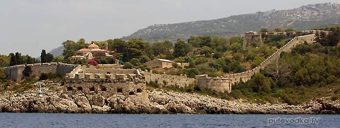 Греция. Пелопоннес. Мессения. Пилос. Хорошо различимый замок Ньокастро на восточном берегу южного входа в Наваринскую бухту.