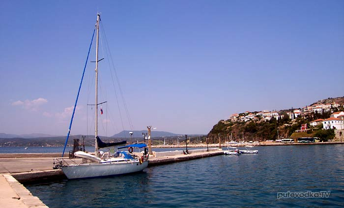 Греция. Пелопоннес. Мессения. Пилос. Яхта Пепелац в рыбацкой гавани.