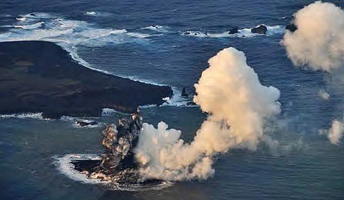 Вулканическое рождение нового островка в районе островов Огасавара. Фото Японской береговой охраны.