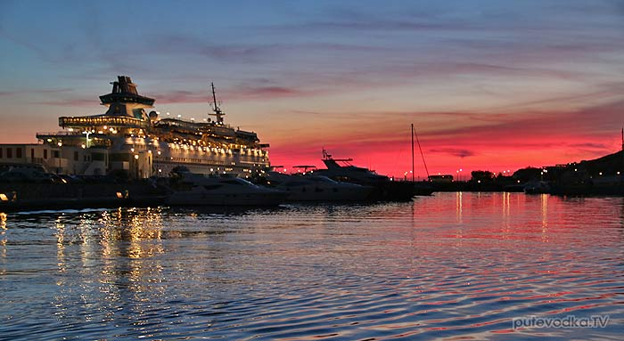 Греция. Киклады. Миконос. Порт Турлос. Закат за паромом.