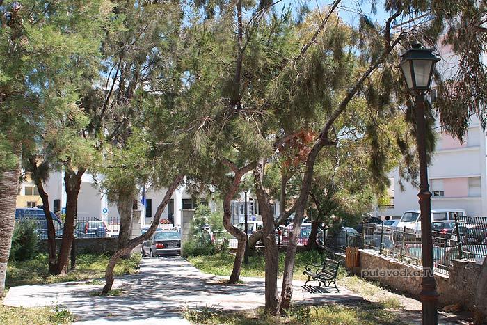 Путеводка. Греция. Киклады. Сирос. Порт Эрмуполис. Зелень.