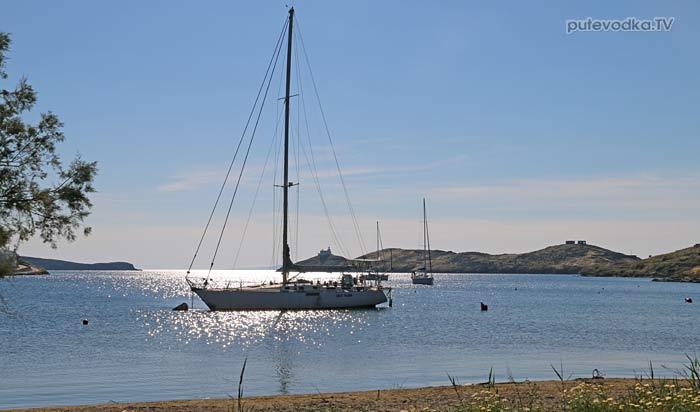 Яхтинг. Греция. Киклады. Кеа. Стоянка на буе в бухте Вуркари.