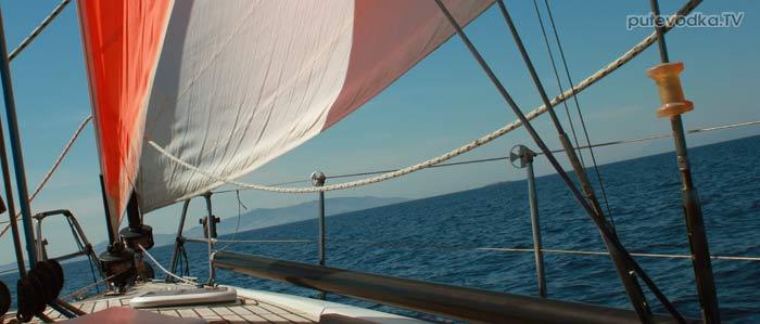 Парус. Греция. Киклады. Между островами Парос и Сирос. Основной и бэби-стаксели. Впереди— островок Ната.