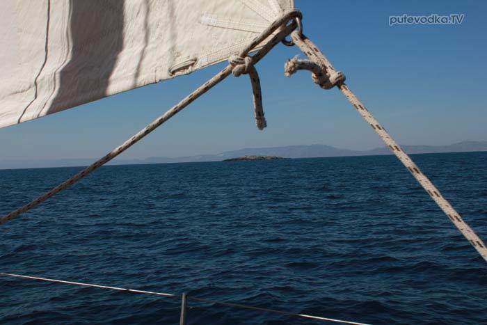Парус. Греция. Киклады. Между островами Парос и Сирос. На траверзе— островок Ната.