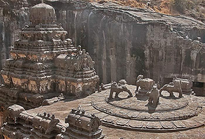 Четверка божеств-львов  в Храме Кайласа-Колоса — индуистский вариант христианских икон… О как!…
