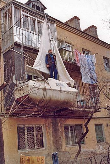 Евгений Гвоздёв. Выстроенная на балконе яхта «Саид» после кругосветки.